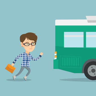 Kaukaska spóźniona kobieta biega dla autobusu.