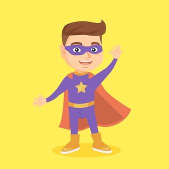Kaukaski chłopiec bawi się w superbohatera.
