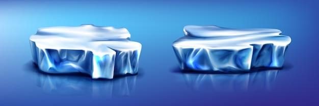 Kawałki góry lodowej kry, lodowiec na powierzchni niebieskiej zamarzniętej wody z odbiciem