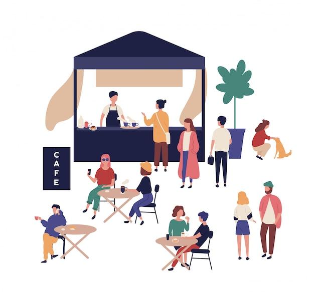 Kawiarnia na świeżym powietrzu i śliczni zabawni ludzie chodzą obok niej, siedzą przy stołach, piją kawę i rozmawiają ze sobą. festiwal street food, letnia impreza plenerowa. ilustracja kreskówka płaski.