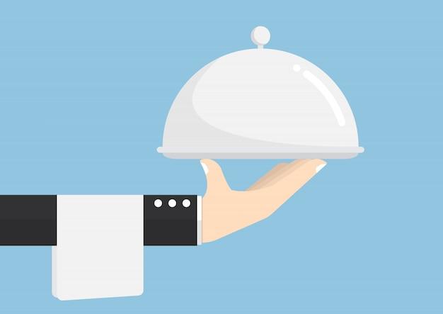 Kelner ręka trzyma srebrną tacę