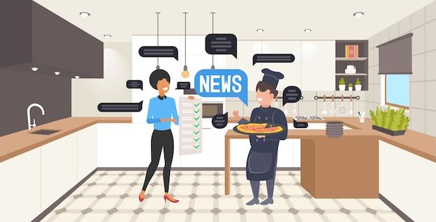 Kelnerka i kucharz omawiają codzienną koncepcję komunikacji bańki czatu. nowoczesna restauracja kuchnia wnętrze poziome pełnej długości ilustracja