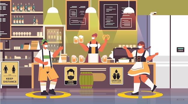 Kelnerzy w maskach na twarz zachowują dystans społeczny, aby zapobiec koronawirusowi koncepcja obchodów festiwalu oktoberfest nowoczesne wnętrze pubu w poziomie