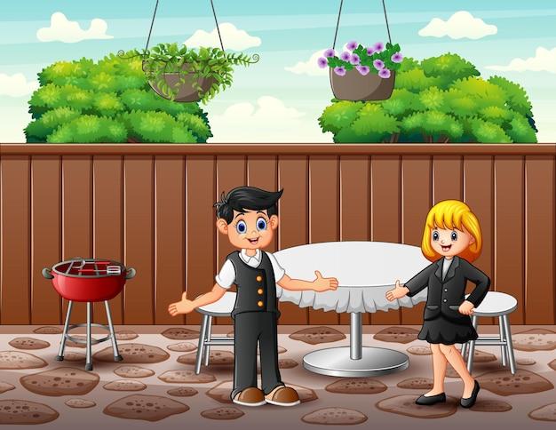 Kelnerzy witają klientów w restauracji