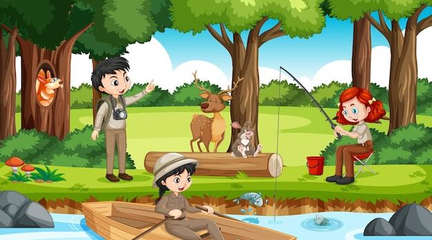 Kemping w lesie z wieloma dziećmi wykonującymi różne czynności