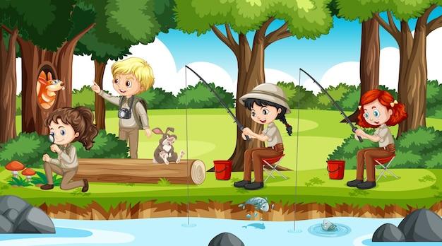 Kemping w leśnej scenerii z wieloma dziećmi wykonującymi różne czynności