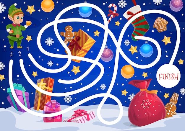 Kid christmas labirynt gra z elfem, prezentami i słodyczami. worek świętego mikołaja, bajkowa postać pomocnika i zapakowane prezenty, pierniki, laska z cukierkami i skarpeta bożonarodzeniowa, kreskówka płatki śniegu