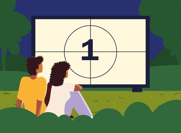 Kino plenerowe z ludźmi oglądającymi ekran