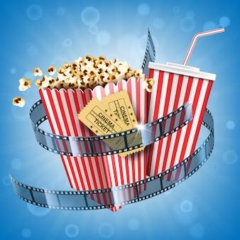Kino popcorn, napój gazowany, bilety i plakat filmowy z taśmą filmową z przekąską fast food i napojem coli w jednorazowym opakowaniu w paski na abstrakcyjnym niewyraźnym tle. realistyczna ilustracja 3d