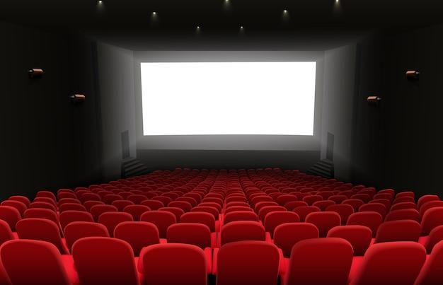 Kinowa audytorium z białym pustym, jasnym ekranem