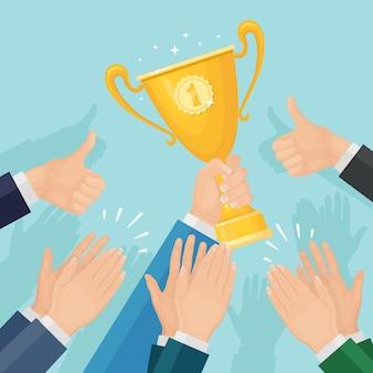 Klaskanie w dłonie. biznesmen klaszcze dla zwycięzcy. mężczyzna trzyma puchar trofeum. brawa, wiwaty, brawa