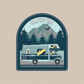 Klasyczna naszywka z klasycznym rodzinnym samochodem kempingowym do karawaningu w górach. przygoda, podróż, letni camping, outdoor, naturalna podróż