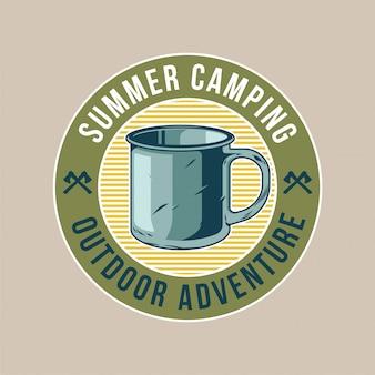 Klasyczna naszywka z klasycznym starym metalowym kubkiem do picia kawy i herbaty w podróży. przygoda, podróż, letni camping, outdoor, podróż.