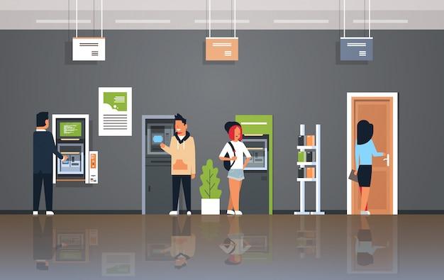 Klienci korzystający z bankomatu