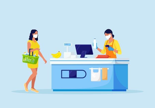 Klienci stoją w kolejce w supermarkecie spożywczym z towarem w koszyku. kobieta stawia zakupy na kasie do płacenia. zakupy spożywcze. kasjer sklepowy i kupujący w maseczkach medycznych