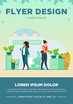 Klienci w kwiaciarni. kobiety z torby wybierając rośliny doniczkowe płaskie wektor ilustracja. zakupy, szklarnia, koncepcja roślin domowych na baner, projekt strony internetowej lub stronę docelową