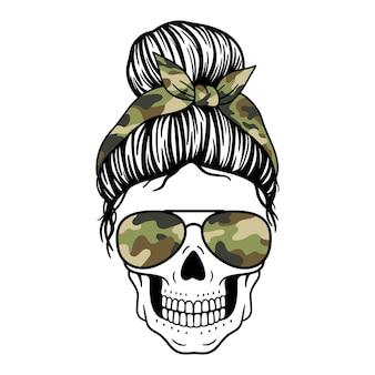 Kobieca czaszka z chustką w okularach lotnika i nadrukiem kamuflażu czaszka mamy z niechlujnym kokem