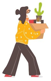 Kobieca postać w masce porusza się lub opuszcza biuro podczas epidemii koronawirusa. kobieta na białym tle niosąc pudełko z rzeczami osobistymi, książkami i dekoracyjną rośliną doniczkową. wektor w stylu płaskiej