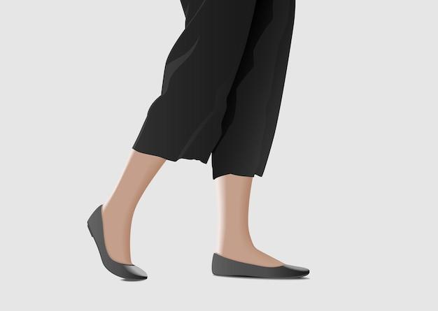 Kobiece stopy chodzą na szarym tle