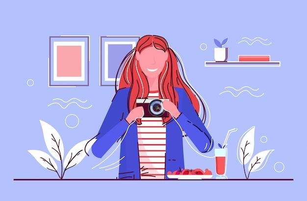 Kobieta biorąc selfie zdjęcie w lustrze uśmiechnięta dziewczyna strzelanie z aparatu cyfrowego dslr kobiece postać z kreskówki portret szkic