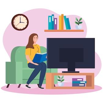 Kobieta czyta książkę i ogląda telewizję w domu projektu tematu aktywność i wypoczynek