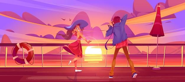 Kobieta i fotograf na pokładzie statku wycieczkowego lub nabrzeżu na zachodzie słońca widok na morze, dziewczyna w letniej sukience i mężczyzna z aparatem relaksują się na statku lub żaglówce w oceanie