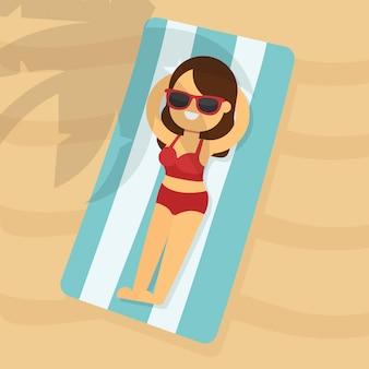 Kobieta iść podróżować w wakacje letni, młoda kobieta w czerwonym toples bikini lying on the beach na plażowym ręczniku pod drzewkiem palmowym
