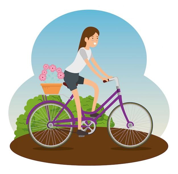 Kobieta jedzie bicykl robić ćwiczeniu