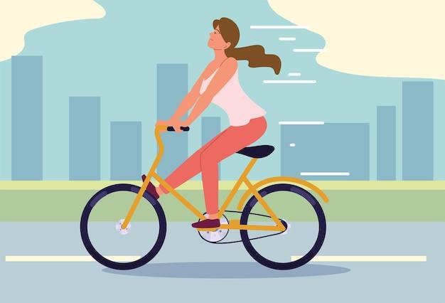 Kobieta jedzie na rowerze w mieście