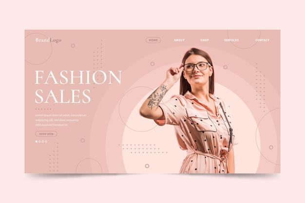 Kobieta jest ubranym czytelniczych szkła mody sprzedaży lądowania stronę