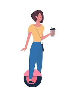 Kobieta jeździ nowoczesnym segwayem pije kawę