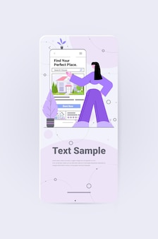 Kobieta korzystająca z aplikacji mobilnej do wyszukiwania domów do wynajęcia lub zakupu online koncepcja zarządzania nieruchomościami pionowa kopia na całej długości