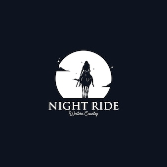 Kobieta kowboj na koniu sylwetka w nocy