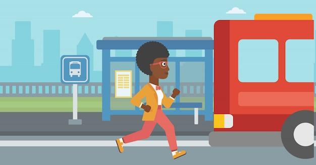 Kobieta latecomer działa na autobus.