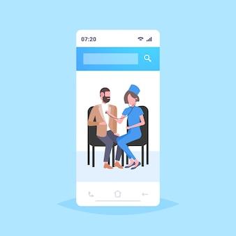 Kobieta lekarz bada pacjenta pacjenta przez stetoskop sprawdzanie bicia serca lub oddechu medycyna opieki zdrowotnej koncepcja smartfon ekran aplikacji mobilnej pełnej długości