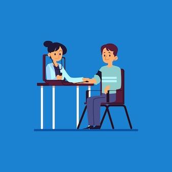 Kobieta lekarz bada pacjenta płci męskiej stetoskopem z laptopa, medycyna online i koncepcja szpitala.