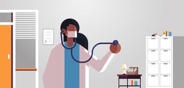 Kobieta lekarz kardiolog badanie pacjenta ze stetoskopem medycyna pojęcie opieki zdrowotnej szpital klinika medyczna biuro wnętrze portret płaskie poziome