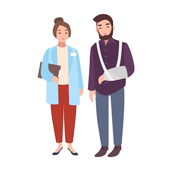 Kobieta lekarz lub doradca medyczny i pacjent ze złamaną ręką stojąc razem na białym tle. mężczyzna z gipsem ortopedycznym w klinice lub szpitalu. ilustracja kreskówka wektor w stylu płaski
