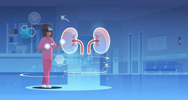 Kobieta lekarz pielęgniarka w okularach cyfrowych patrząc wirtualnej rzeczywistości nerki anatomii narządów ludzkich