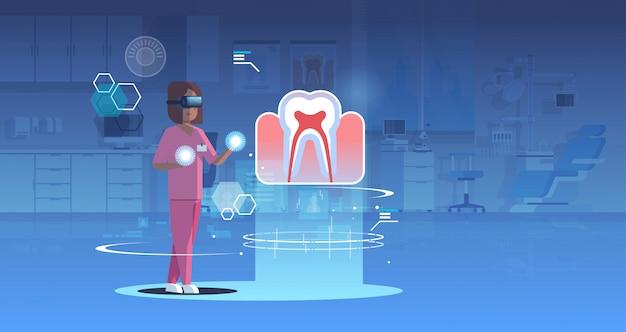 Kobieta lekarz pielęgniarka w okularach cyfrowych patrząc wirtualnej rzeczywistości ząb anatomii narządów ludzkich