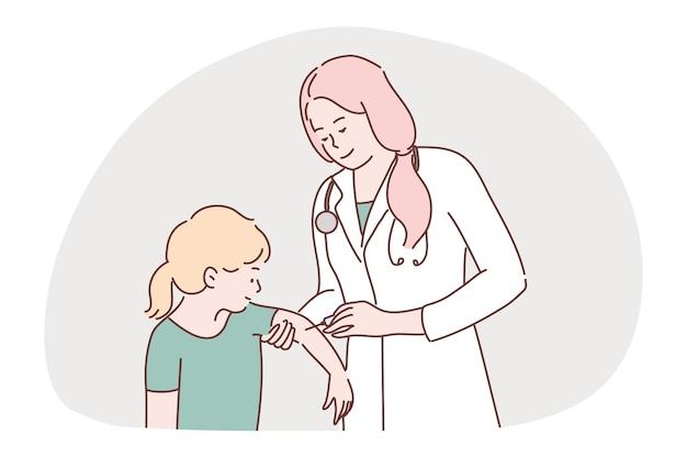 Kobieta lekarz pielęgniarka wstrzykuje szczepionkę strzykawkę dziecko dziewczynka.
