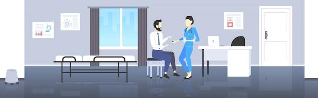 Kobieta lekarz podając pigułkę i szklankę wody mężczyzna pacjent farmaceuta oferuje pigułki leki koncepcja opieki zdrowotnej nowoczesny pokój szpitalny wnętrze pełnej długości poziomej