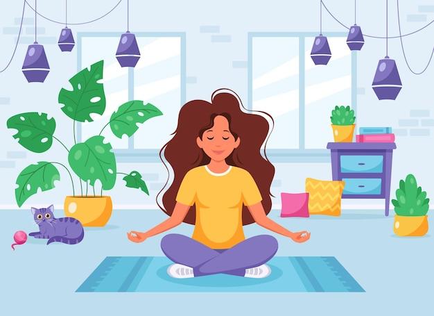 Kobieta medytująca w pozycji lotosu w przytulnym nowoczesnym wnętrzu