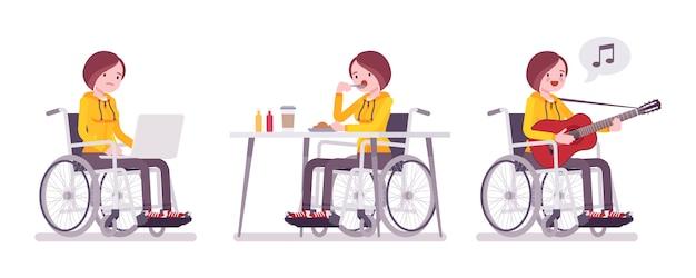 Kobieta młody użytkownik wózka inwalidzkiego z laptopem, jedzenie, śpiewanie