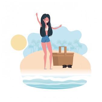 Kobieta na brzegu plaży z koszem piknikowym