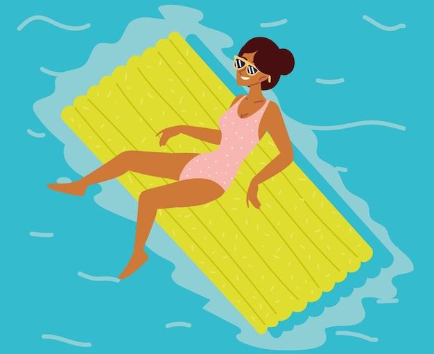 Kobieta na pływającym gumowym łóżku
