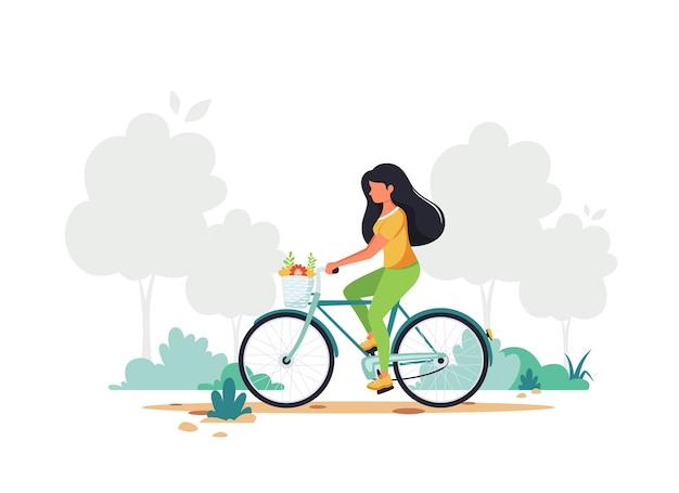 Kobieta na rowerze. zdrowy styl życia, sport, koncepcja aktywności na świeżym powietrzu.