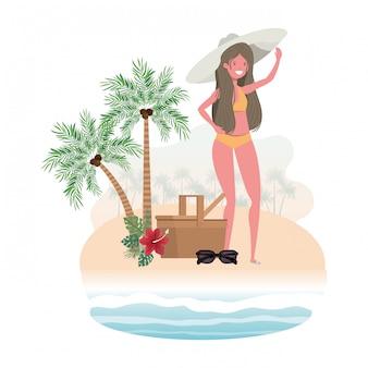 Kobieta na wyspie z kostiumem kąpielowym i koszem piknikowym