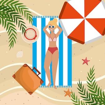 Kobieta nosi strój kąpielowy i biorąc słońce w ręcznik