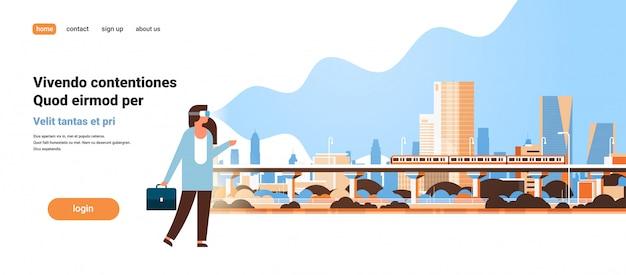Kobieta nosić okulary cyfrowe patrząc wirtualnej rzeczywistości nowoczesne miasto metro pociąg drapacze chmur gród vr wizja słuchawki innowacja